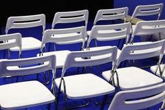 Chaises dans la salle de conférences image libre de droits