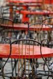 Chaises dans le cafétéria sur la terrasse après la pluie Photos libres de droits