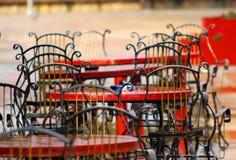 Chaises dans le cafétéria sur la terrasse après la pluie Image stock