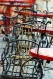 Chaises dans le cafétéria sur la terrasse après la pluie Photographie stock
