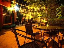 Chaises dans le jardin à la lumière de nuit Image stock