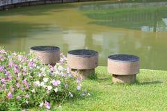 Chaises dans le jardin après avoir plu. Photo stock
