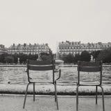 Chaises dans le jardin de Tuileries Images stock