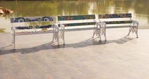 Chaises dans le jardin, piscine Image libre de droits