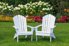 Chaises dans le jardin sur l'île de Mackinac Photo stock