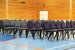 Chaises dans un gymnase Photo libre de droits