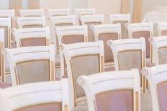 Chaises dans un intérieur moderne Photos libres de droits