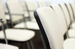 Chaises dans une salle de conférences Image libre de droits