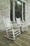 Chaises de basculage sur le porche de la maison du sud dans le délabrement le long de la route 22 en Géorgie centrale Photo libre de droits