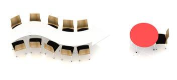 Chaises de bureau sur une table de flèche Image libre de droits