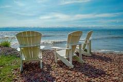 Chaises de jardin arrières élevées par le rivage du lac Supérieur photographie stock