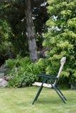 Chaises de jardin dans le jardin Images stock