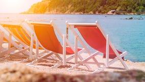 Chaises de plage attrayantes sur le sable Palmiers et océan à l'arrière-plan Haad Salat Ko Phangan, Thaïlande Photos stock