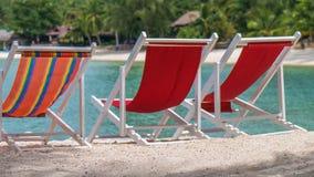 Chaises de plage attrayantes sur le sable Palmiers et océan à l'arrière-plan Haad Salat Koh Pangang, Thaïlande Photographie stock
