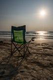 Chaises de plage de Silouette chez Sunsetp Image libre de droits