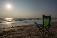 Chaises de plage de Silouette chez Sunsetp Image stock