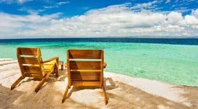 Chaises de plage, eau claire et belle vue sur l'île tropicale, Photo libre de droits