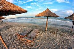 Chaises de plage et parapluie sur une belle île, image grande-angulaire Photos libres de droits