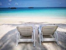 Chaises de plage jumelles sur le sable blanc fin photo libre de droits