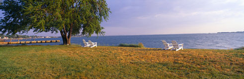 Chaises de plage par la baie de chesapeake chez Robert Morris Inn, Oxford, le Maryland photographie stock libre de droits