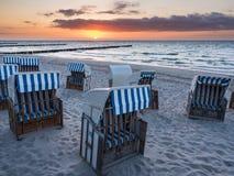 Chaises de plage sur la côte de mer baltique Photo stock