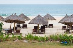 Chaises de plate-forme au bord de la mer Photographie stock