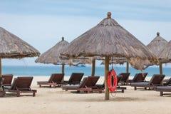 Chaises de plate-forme au bord de la mer Photographie stock libre de droits