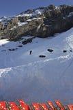 Chaises de plate-forme dans la station de sports d'hiver de Titlis d'Engelberg-bâti en Suisse Image stock