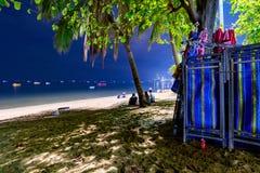Chaises de plate-forme de plage de Pattaya la nuit avec la mer Photographie stock libre de droits
