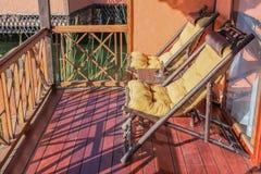 Chaises de plate-forme en bois de bateau de croisière et quelques touristes supérieurs Photos libres de droits