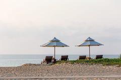 Chaises de plate-forme et parasol Image libre de droits