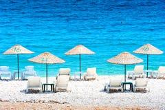 Chaises de plate-forme gratuites par la mer Photos libres de droits