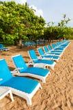 Chaises de plate-forme par la plage Photographie stock