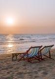 Chaises de plate-forme sur la plage de mer Image libre de droits