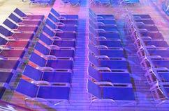 Chaises de plate-forme sur le bateau de croisière Photo stock