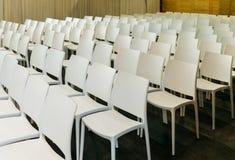 Chaises de présentation dans la chambre de hall à l'exposition Images stock