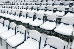 Chaises de stade couvertes dans la neige Photo stock