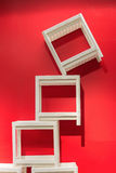 Chaises empilables blanches, murs rouges Photo stock