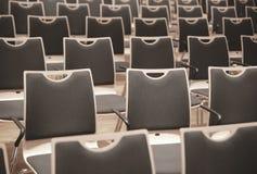 Chaises en bois dans les rangées image libre de droits