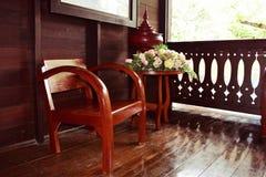 Chaises en bois sur style thaïlandais de maison en bois le rétro Images libres de droits