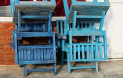 Chaises en bois vides devant le café photo stock