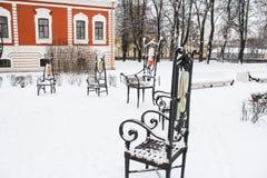 Chaises en métal dans la neige Photos libres de droits