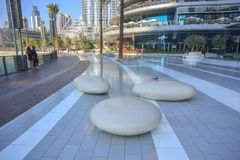 Chaises en pierre modernes au parc du mail de Dubaï photo stock