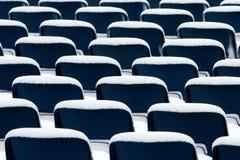 Chaises en plastique bleues couvertes dans la neige Image stock