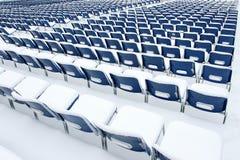 Chaises en plastique couvertes dans la neige Photographie stock