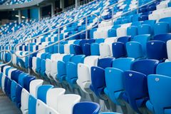 Chaises en plastique de stade de sport dans une rangée photo libre de droits