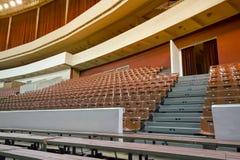 Chaises et bancs vides dans l'amphithéâtre Concept : manque d'intérêt, échec, boycott images libres de droits