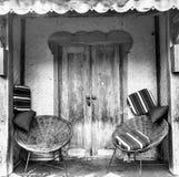 Chaises et entrée principale photos stock