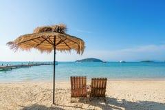 Chaises et parapluie de plage sur l'île d'été à Phuket, Thaïlande Image stock