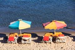 Chaises et parapluies de plage Photo libre de droits